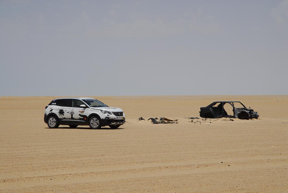Carro abandonado no deserto entre Nouadhibou e Nouakchott