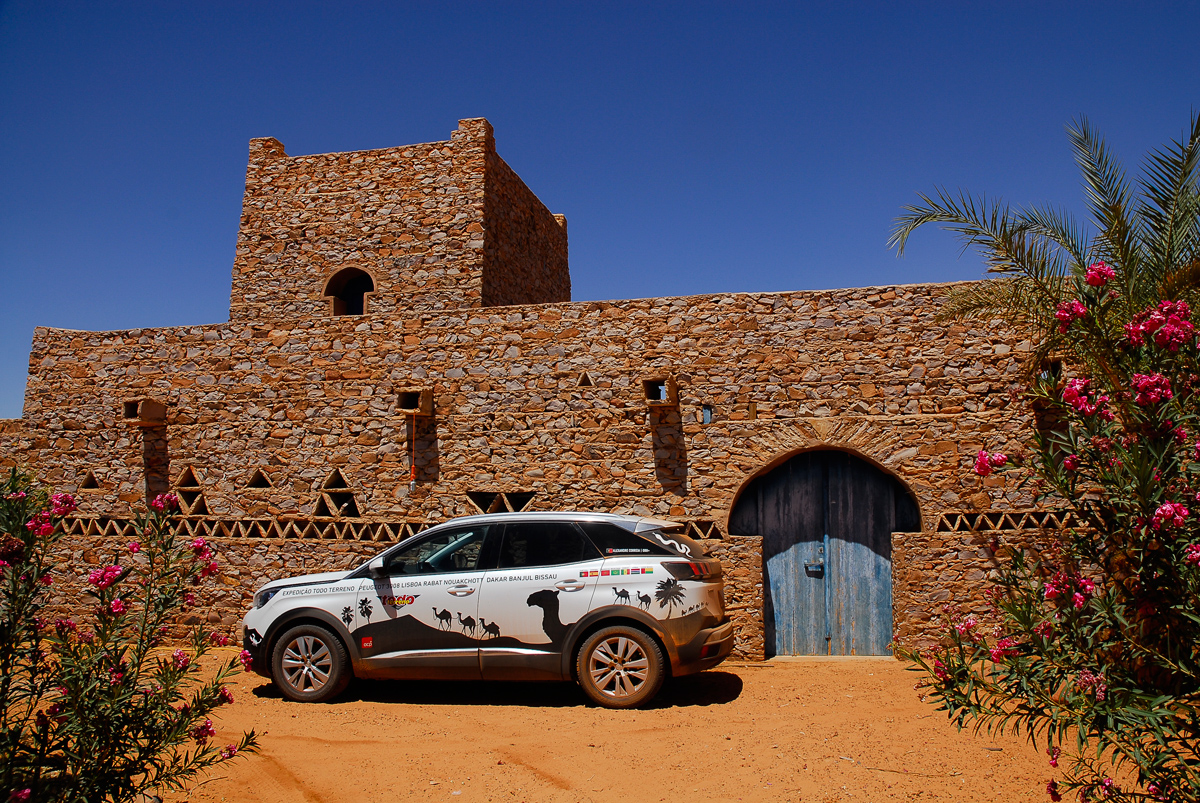 Mauritânia-à-porta-do-Auberge-La-Gueïla-em-Chinguetti