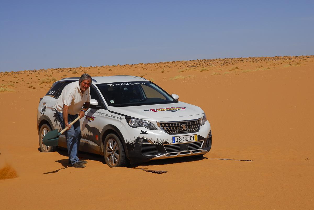 Mauritânia a cavar na areia mole de Ouadane