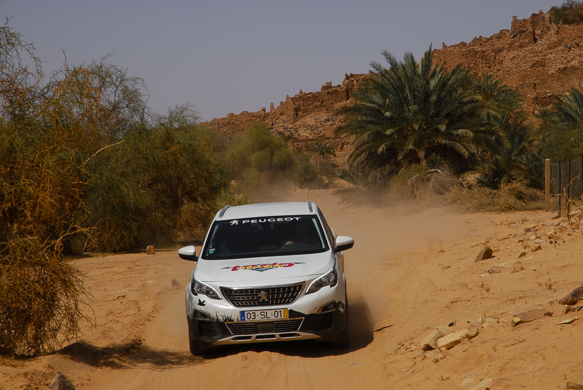 Mauritânia a rolar junto à cidadela de Ouadane