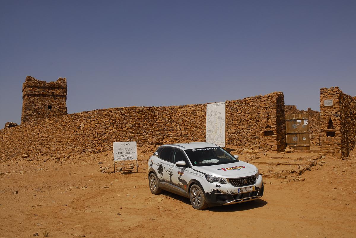 Mauritânia o Peugeot 3008 diante da porta da cidadela de Ouadane